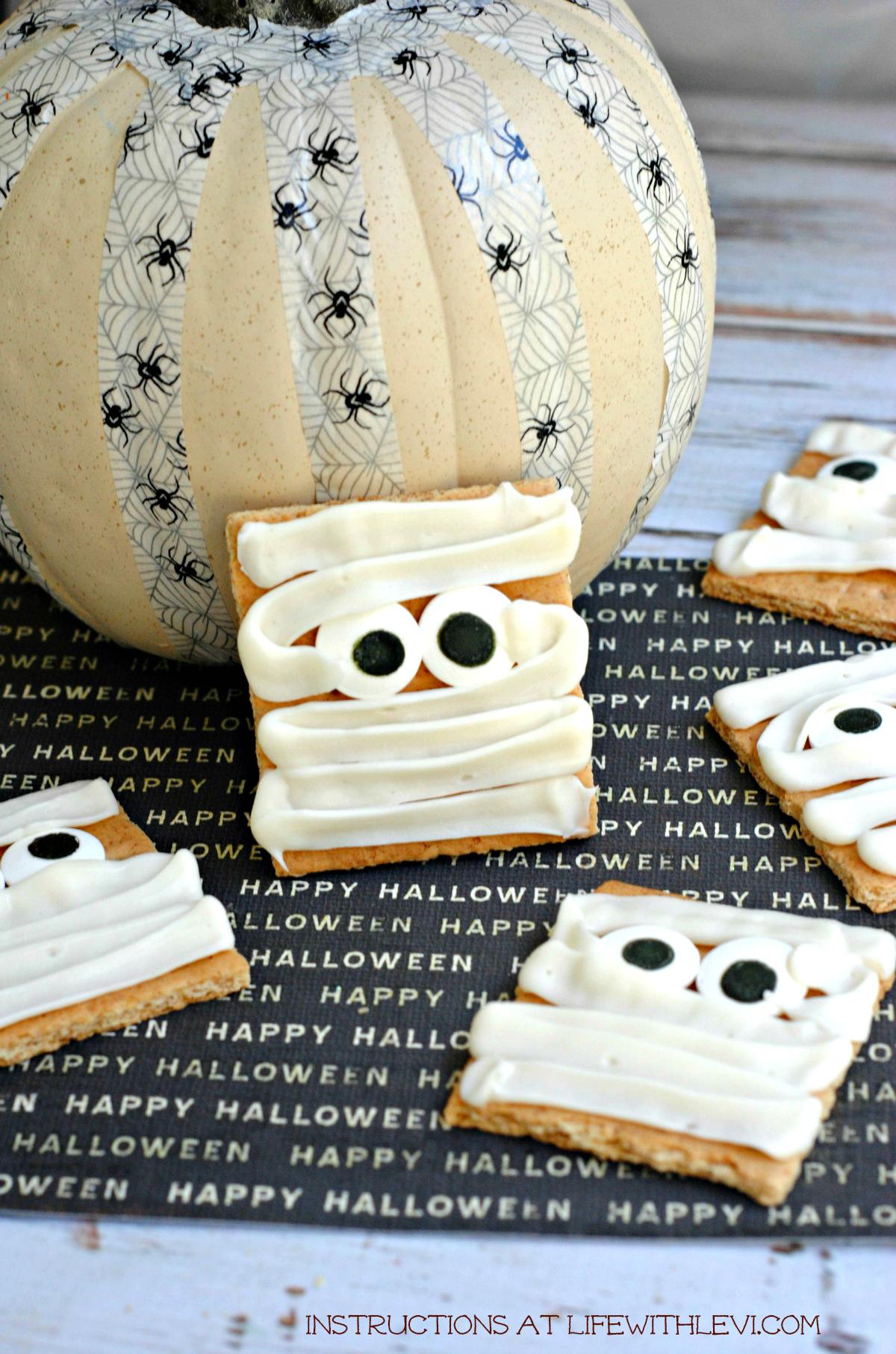 Mummy Graham Cracker Halloween Treat Instructions